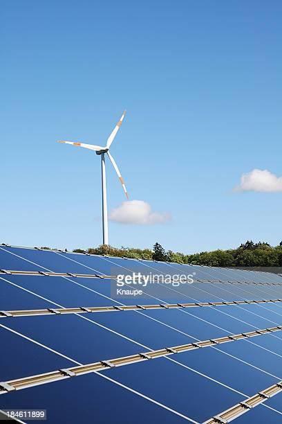 風力タービンのソーラーパネル背後の澄んだ空