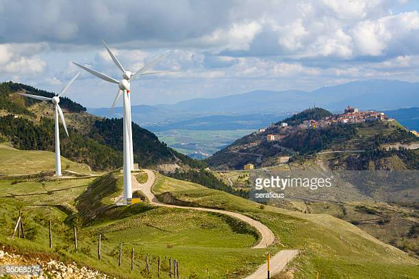 turbina eolica in abruzzo - energia eolica foto e immagini stock