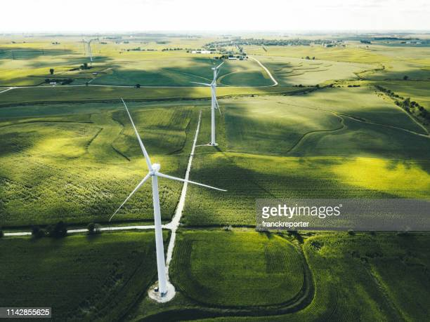 windturbine in iowa - milieu stockfoto's en -beelden