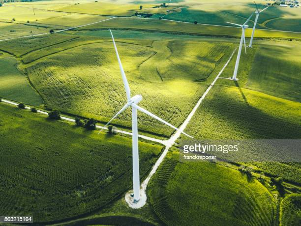 windturbine in iowa - windenergie stockfoto's en -beelden