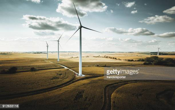 windturbine in nebraska - windenergie stockfoto's en -beelden