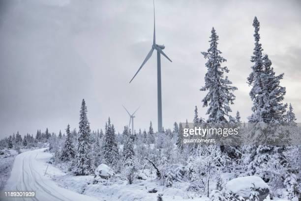vindturbin i vinterlandskap - vindkraft bildbanksfoton och bilder
