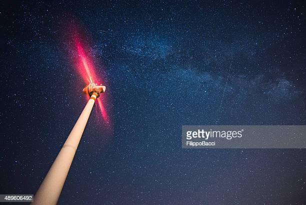 Windkraftanlage unter den Sternen