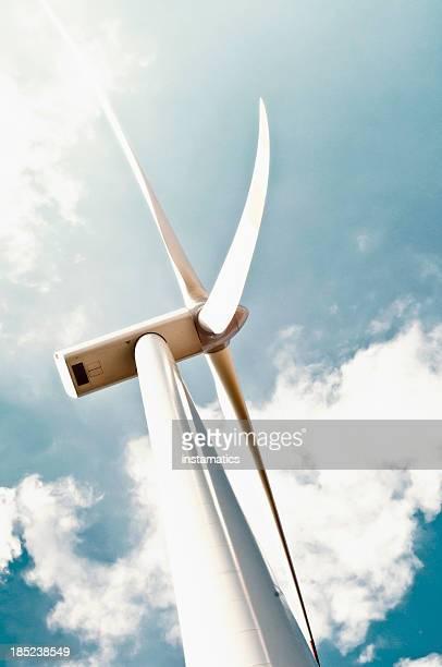 Turbina a vento con nuvole bianche