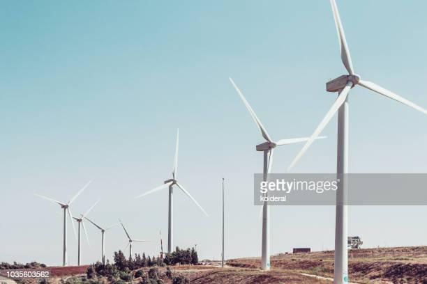 wind turbines against blue sky - con eficaz consumo de energía fotografías e imágenes de stock