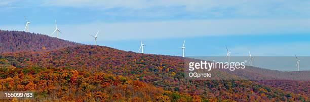 turbinas de viento a lo largo de la cresta en otoño - ogphoto fotografías e imágenes de stock