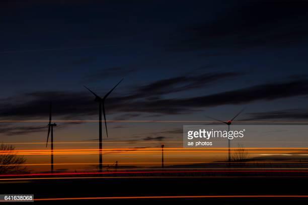 Windkraftanlagen und Lichtspuren