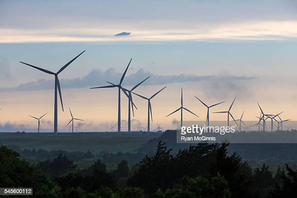 wind turbines at sunset - oklahoma - fotografias e filmes do acervo