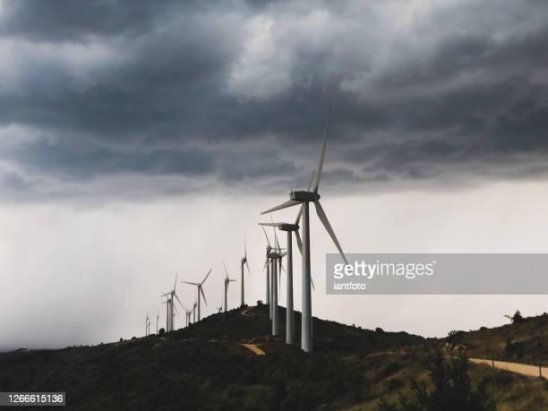 turbinas eólicas durante una tormenta. - comunidad foral de navarra fotografías e imágenes de stock