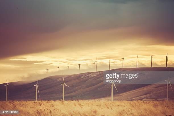 Wind turbines, hills y cielo hermoso paisaje de naturaleza