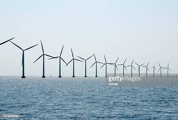 Windturbinen in einer Reihe