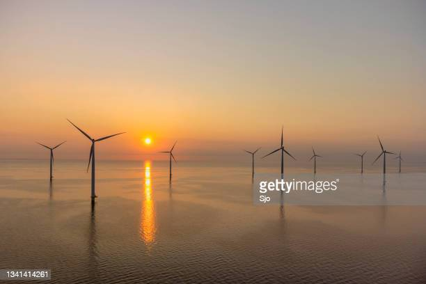 """wind turbines in an offshore wind park producing electricity during sunset. - """"sjoerd van der wal"""" or """"sjo""""nature stockfoto's en -beelden"""