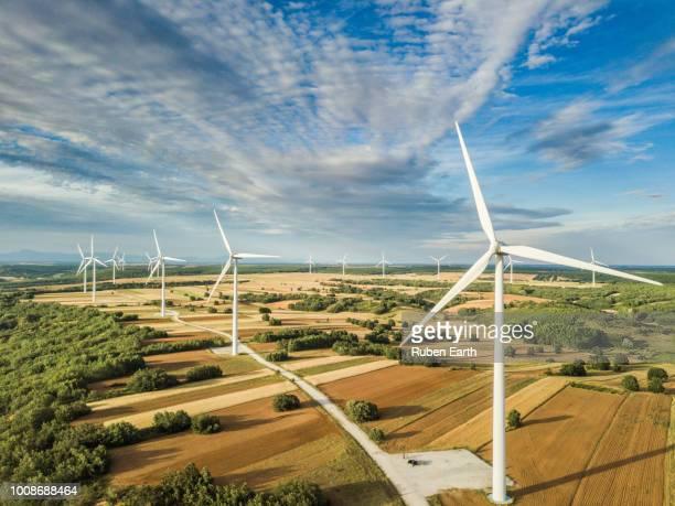 wind turbines landscape in day light - vindsnurra jordbruksbyggnad bildbanksfoton och bilder