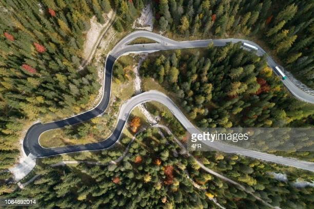 winding mountain road, bergpas, dolomiet alpen, italië - bergpass stockfoto's en -beelden
