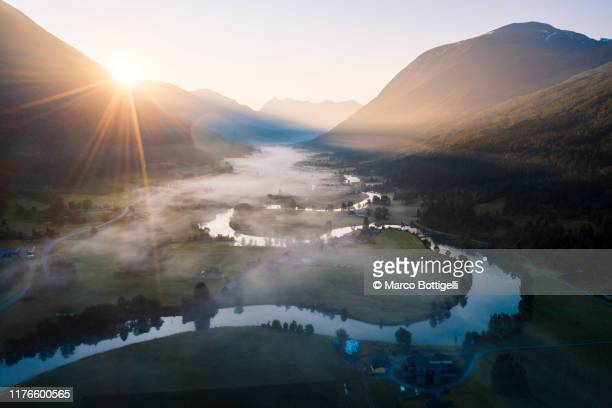 winding river on a foggy morning, stryn, norway - paysage enchanteur photos et images de collection