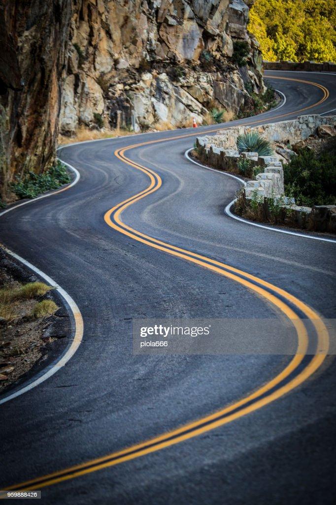 Kurvenreiche Straße am Kings Canyon Nationalpark, Kalifornien : Stock-Foto