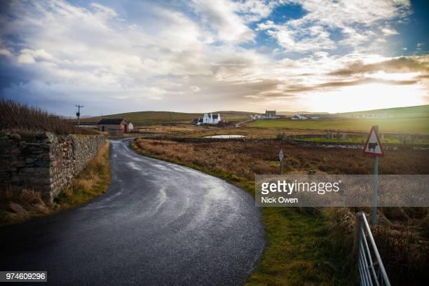 winding road at sunset, shetland isles, scotland - isole shetland foto e immagini stock