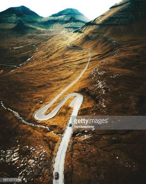 estrada sinuosa nas ilhas faroé - ilhas faeroe - fotografias e filmes do acervo