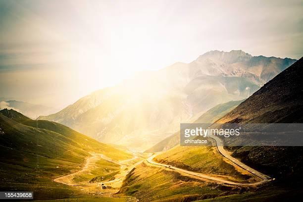 曲がりくねった道の山