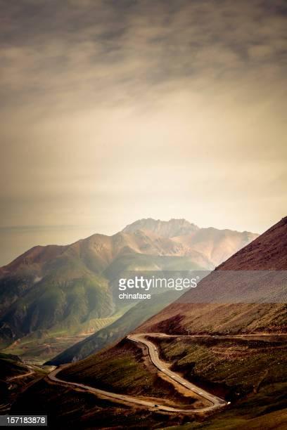 route sinueuse dans les montagnes - himalaya photos et images de collection