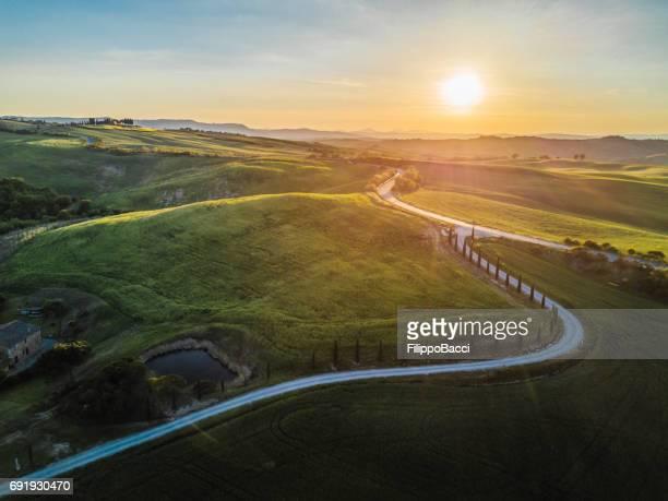 winding road in tuscany - strada tortuosa foto e immagini stock