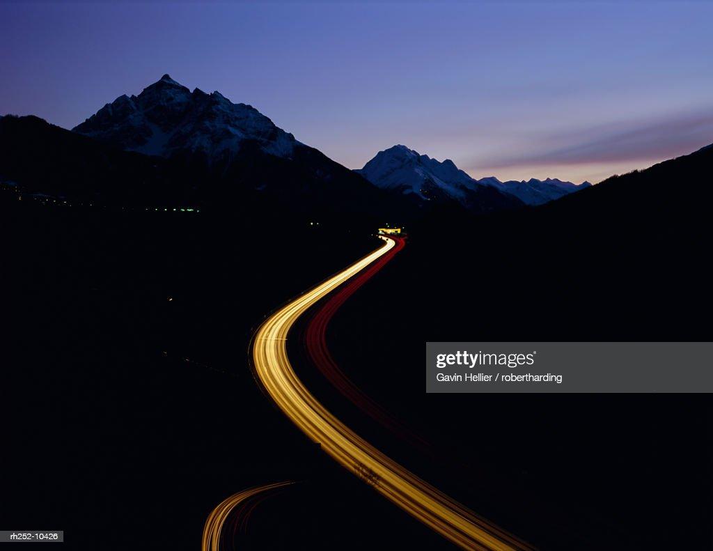 Winding road into the mountains, Europabrucke, Austria, Europe : Foto de stock