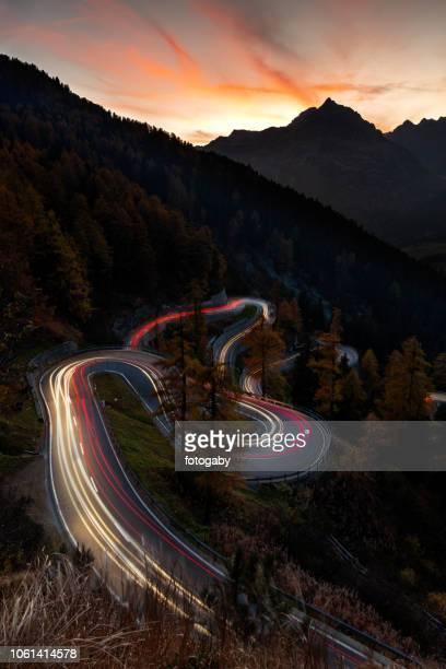 kurvenreiche straße von maloja-pass in der schweiz - bergpass stock-fotos und bilder