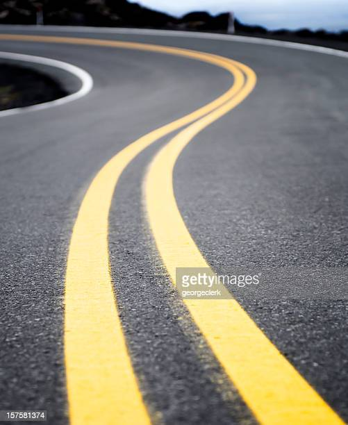 winding yellow road line - dividing line road marking stock pictures, royalty-free photos & images