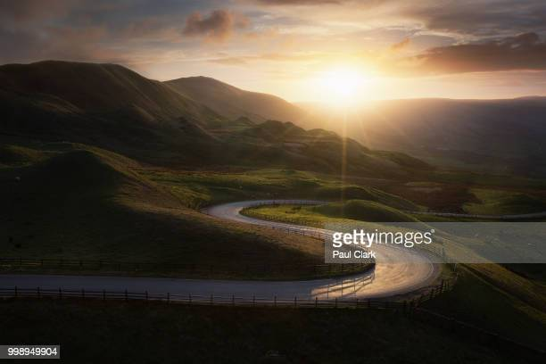 windiong road at mam tor - winding road stock pictures, royalty-free photos & images