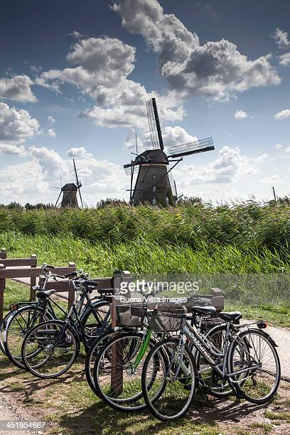 windmill and bicycles - hollande méridionale photos et images de collection