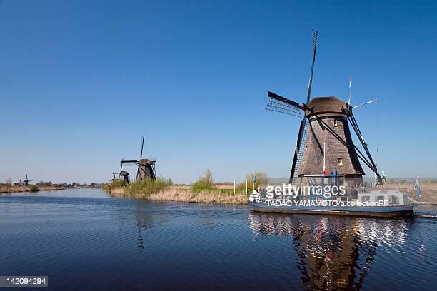 windmill at kinderdijk - キンデルダイク ストックフォトと画像