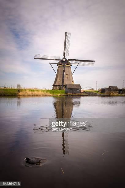 windmill at unesco world heritage kinderdijk - キンデルダイク ストックフォトと画像