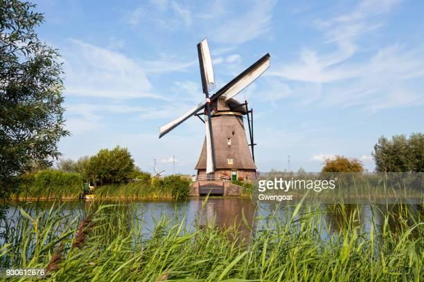 windmolen in kinderdijk, nederland - molen stockfoto's en -beelden