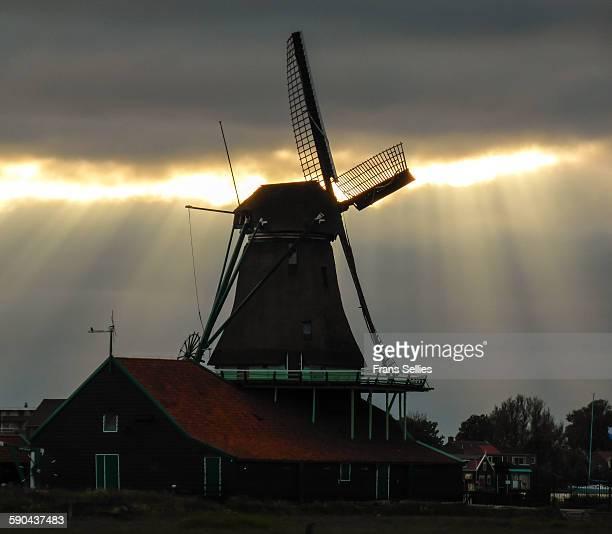 windmill, zaanse schans, netherlands - frans sellies stockfoto's en -beelden
