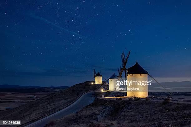 windmills at the night in consuegra town in spain - castilla la mancha fotografías e imágenes de stock