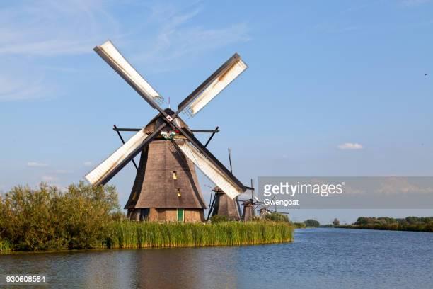 windmolens in kinderdijk, nederland - gwengoat stockfoto's en -beelden