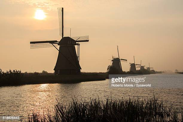 windmills kinderdijk holland - キンデルダイク ストックフォトと画像