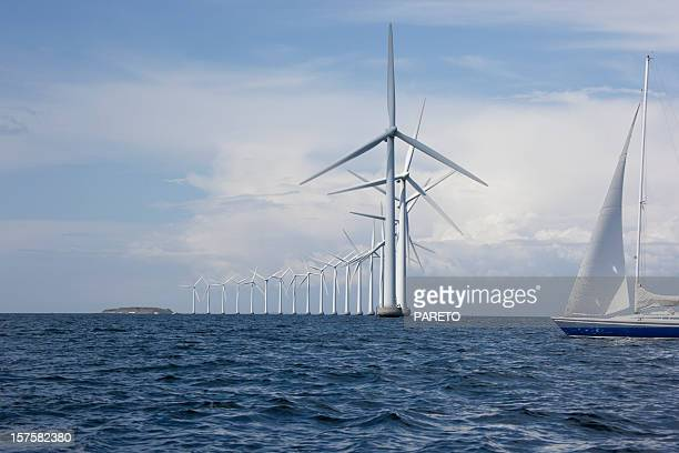 Windmühlen von der Küste und einem Segelboot
