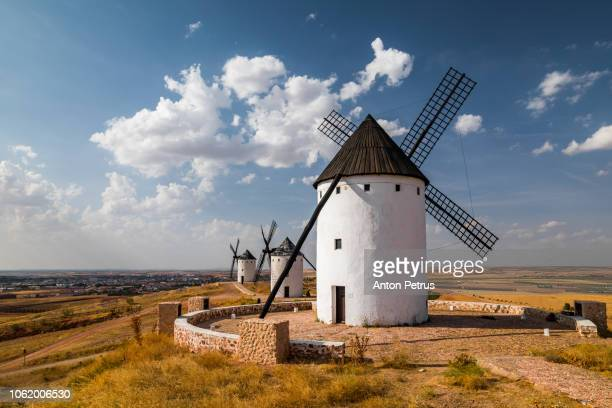 windmills on hill at sunset in  in alcázar de san juan, spain - don quijote de la mancha stock-fotos und bilder