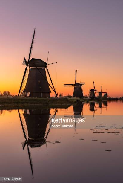 windmills, sunrise at kinderdijk, netherlands, europe - hollande méridionale photos et images de collection