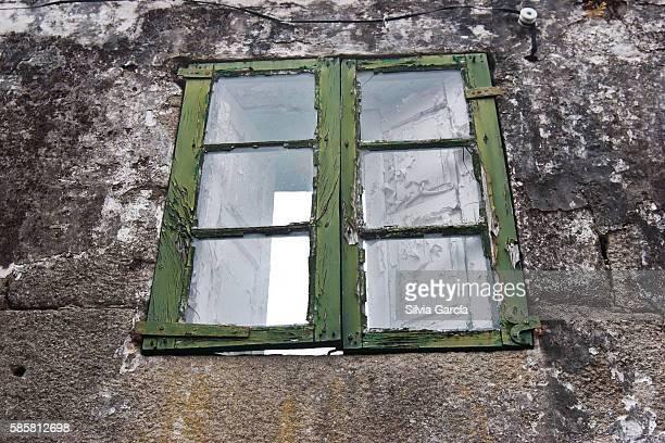 window, abandoned house in combarro, concejo de poio, rias bajas - turista stock-fotos und bilder
