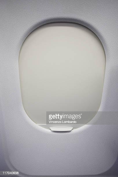 window airplane closed - sluiten stockfoto's en -beelden