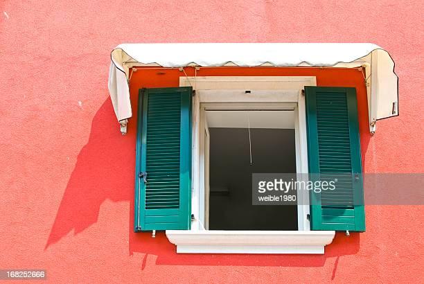 Fenster und Rote Wand