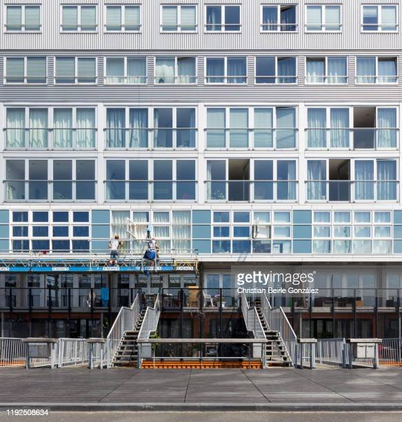 window cleaners. housing block silodam, amsterdam - netherlands - christian beirle gonzález stock-fotos und bilder