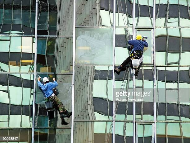 window cleaners - high up stock pictures, royalty-free photos & images