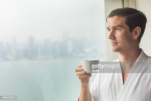 Mann Fenster Kaffee