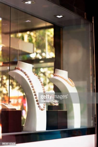 window display of jewelry store - jeweller fotografías e imágenes de stock