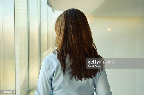 window - femme brune de dos photos et images de collection