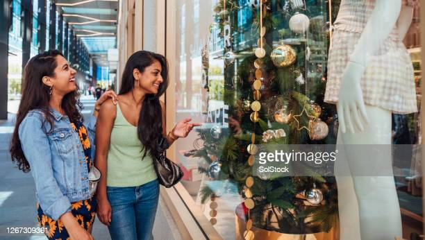 window shopping decisions at christmas in the sun. - perth australia stock pictures, royalty-free photos & images