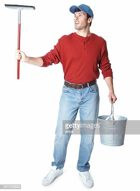 Laveur de carreaux debout tenant Raclette et porter bucket